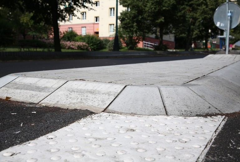 CSB - CURB STONE SPLAYED FOR ROUNDABOUTS